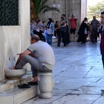 Washing feet before entering the mosque